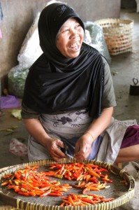 woman chopping chillies in the market