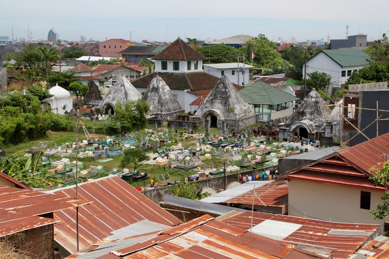 the modern cemetery, downhill from the Hasanuddin tombs