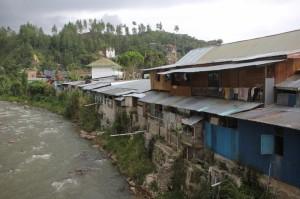 houses along the Sungai Mamasa – the Mamasa river