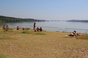 the Danube beach, between fortress and river, with in the distance the new bridge