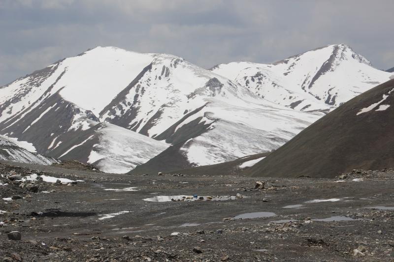en het uitzicht bovenop de Kyzyl-Art Pas