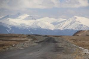 en zo ziet het wegdek van de Pamir Highway er geasfalteerd uit