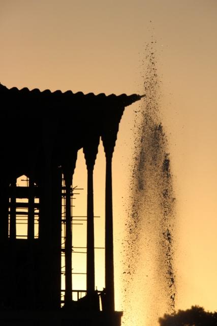 the Kakh-e Ali Qapu behind a fountain on the square
