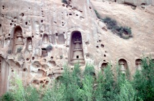stupas carved in the rockwall near Mati Si