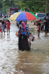 high water in Melak, inundating part of the street along the river