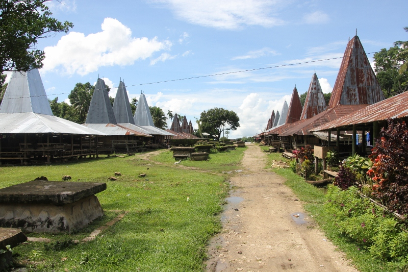 two rows of houses of Kampung Pasunga, with tombs in the middle