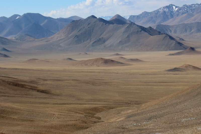 the moon landscape across the pass between Rangkul and Murghab
