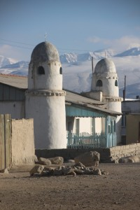 de moskee en de twee minaretten van Karakul