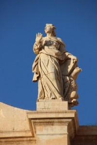 statues adorne the cathedral of Noto