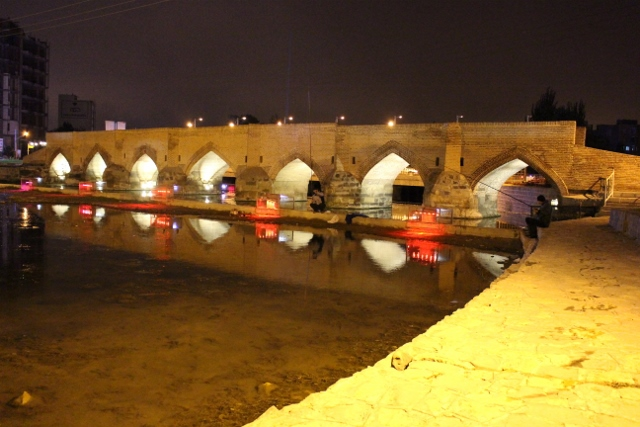 the Pol-e Jajim again, with changing lights