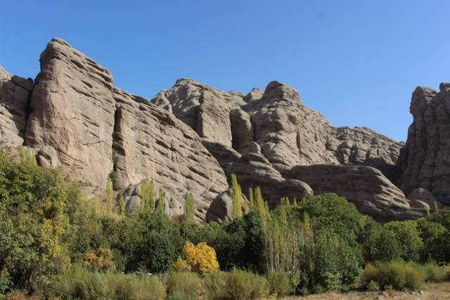 the sandstone cliffs in a side valley, towards Andej